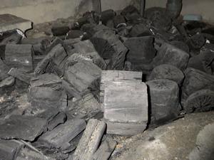 意味のない床下の炭