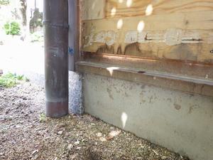 羽アリの発生した玄関袖壁