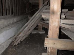 床下に放置された木材