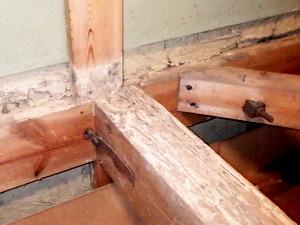2階床板と梁の被害