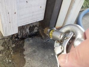 屋外の柱被害部への薬剤注入処理