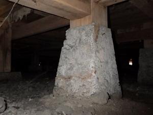 古い被害跡の確認された床下