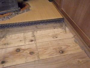 交換された床板の上に確認された蟻道