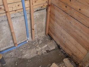 解体された浴室