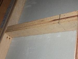 壁内で確認されたアフリカヒラタキクイムシの被害